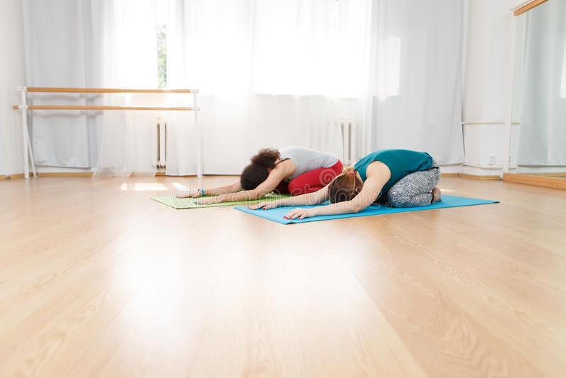 Download Deux Jeunes Femmes Caucasiennes établissant Au Centre De Yoga Photo stock - Image du frais, bonheur: 76081604