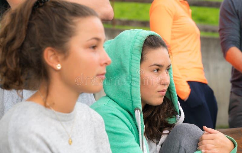 Deux jeunes femmes châtains observant un jeu images stock