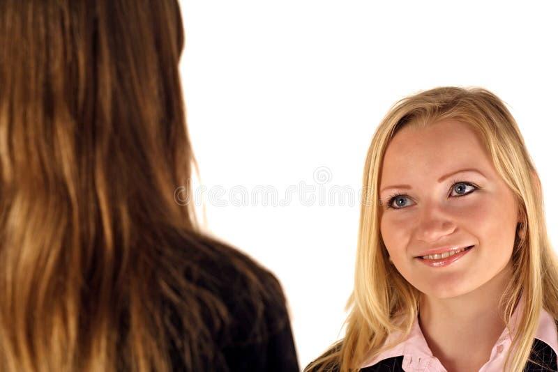 Deux jeunes femmes d'affaires image stock