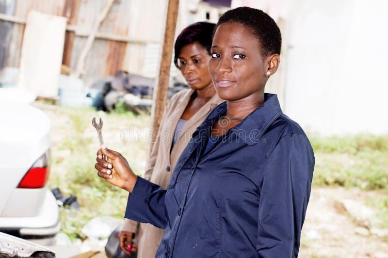 Download Deux Jeunes Femmes Dans Le Garage Photo stock - Image du professionnel, rester: 107163240