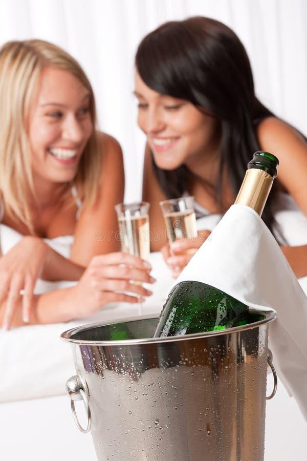 Deux jeunes femmes grillant avec le champagne photos stock