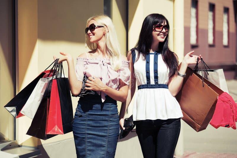 Deux jeunes femmes heureuses avec des paniers images stock
