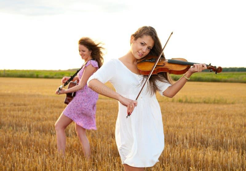 Deux jeunes femmes jouant la guitare photos libres de droits