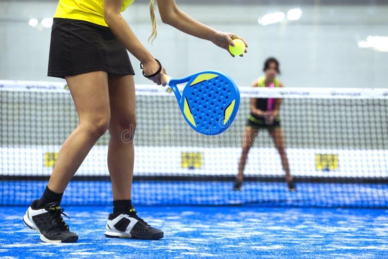 Deux jeunes femmes jouant le tennis de palette photographie stock libre de droits