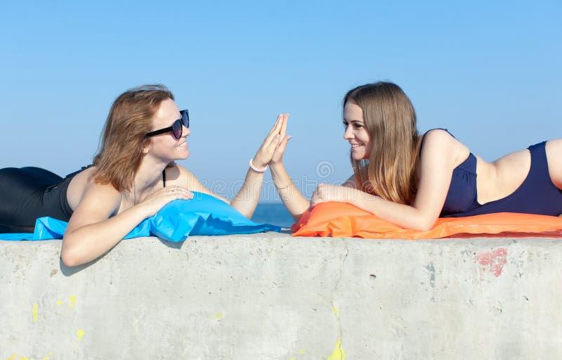Deux jeunes femmes saluant le geste de la haute cinq images libres de droits
