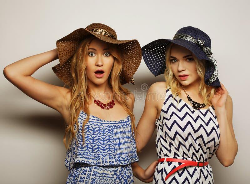 Deux jeunes femmes sexy photos stock