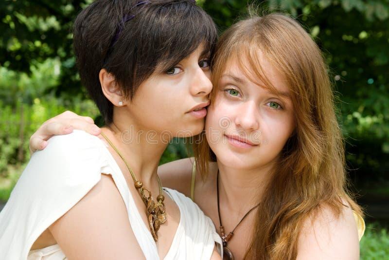 Deux jeunes filles à l'extérieur image stock
