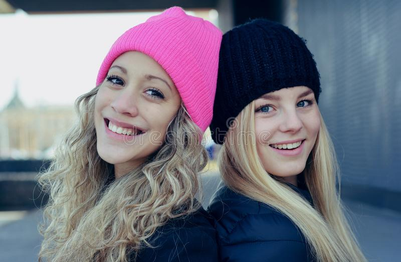 Deux jeunes filles blondes élégantes photographie stock