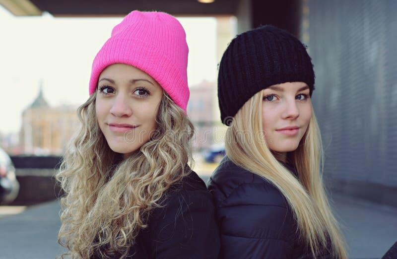 Deux jeunes filles blondes élégantes photos stock