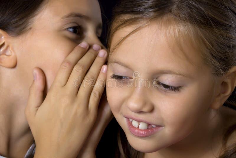 Deux jeunes filles dans le bavardage photo libre de droits