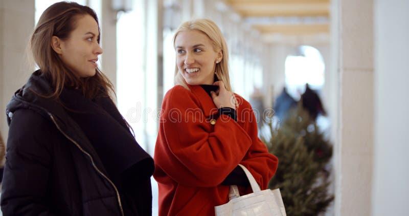 Deux jeunes filles dans une ville appréciant le temps photos stock
