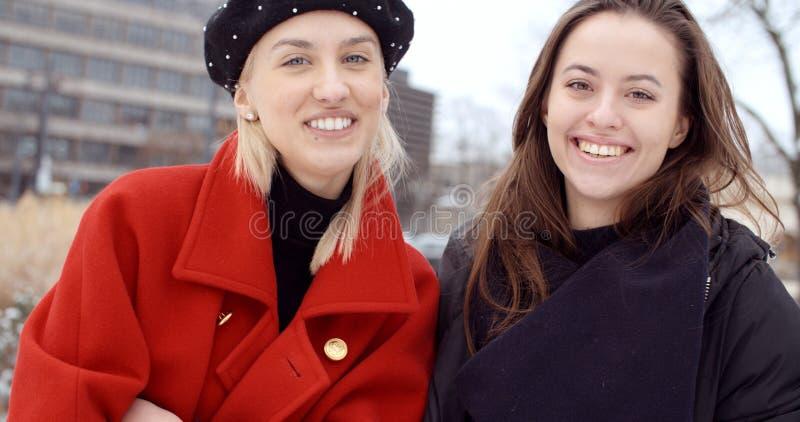 Deux jeunes filles dans une ville appréciant le temps image stock