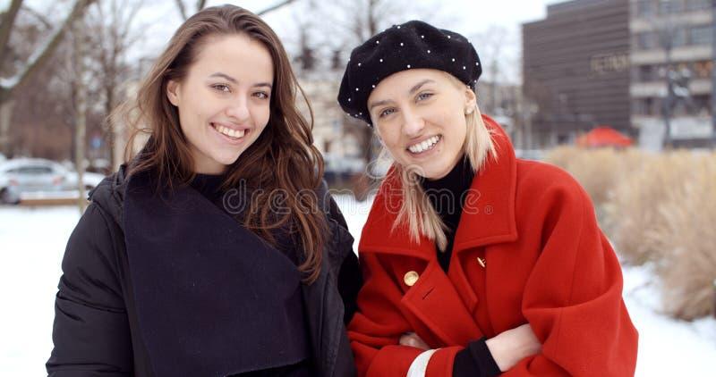Deux jeunes filles dans une ville appr?ciant le temps photo libre de droits