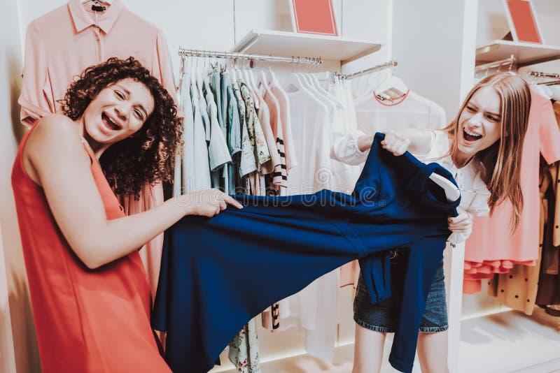Deux jeunes filles ont l'amusement dans le vestiaire dans la boutique images libres de droits