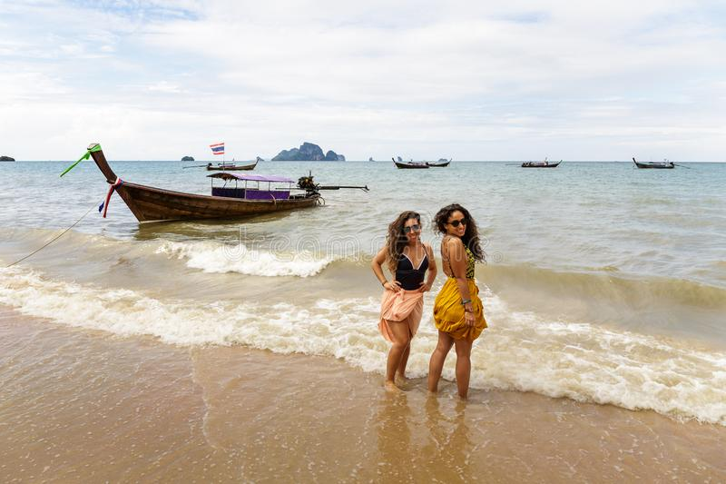 Deux jeunes filles posent sur le rivage de la plage de Krabi photos stock