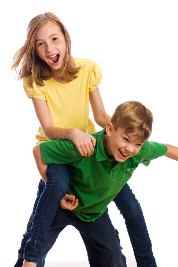 Deux jeunes garçons ayant l'amusement photos stock