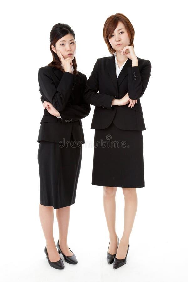 Deux jeunes gens d'affaires image stock