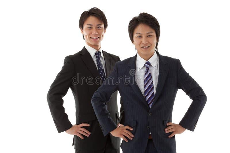 Deux jeunes hommes d'affaires image stock
