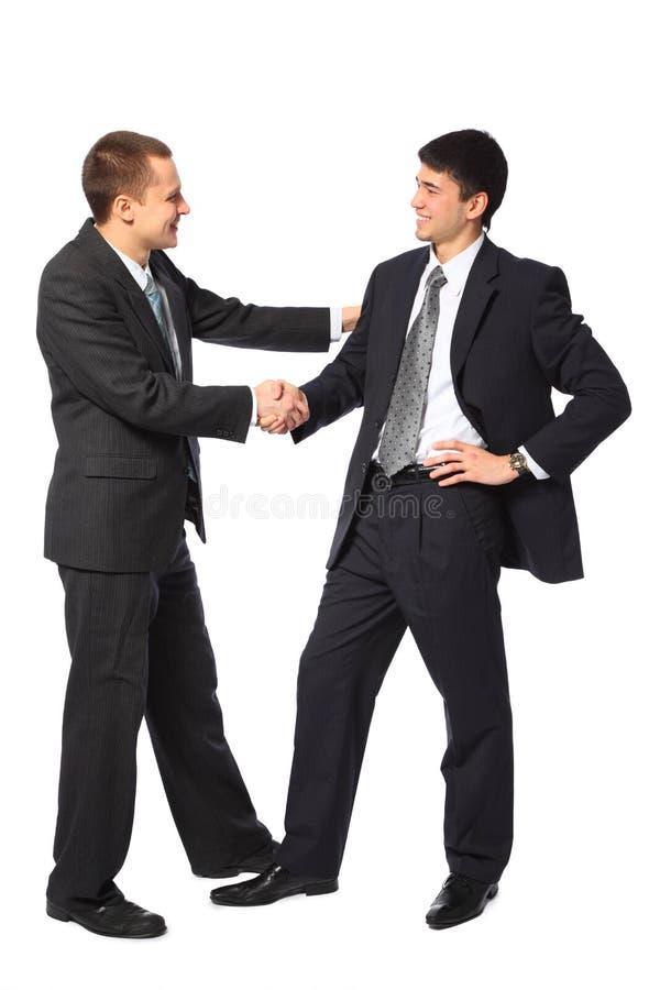 Deux jeunes hommes d'affaires saluent photo stock