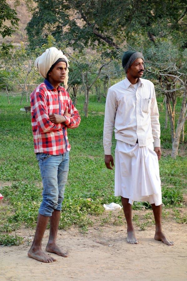 Deux jeunes hommes indiens dans la forêt image stock