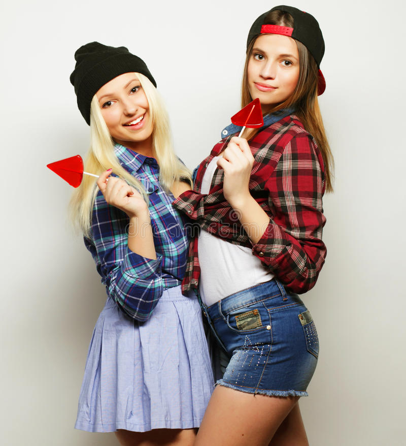 deux jeunes jolies filles de hippie photo stock
