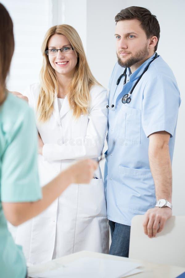 Deux jeunes médecins photos stock