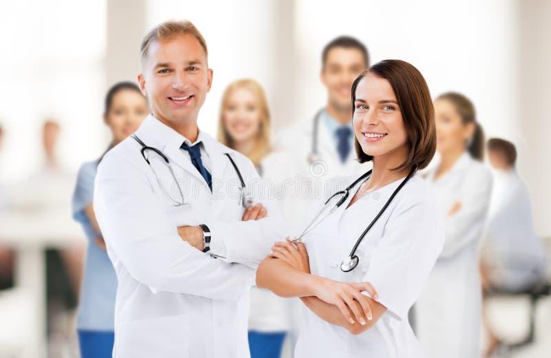 Deux jeunes médecins attirants photos libres de droits