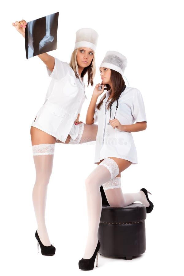 Deux jeunes médecins féminins sexuels photos libres de droits
