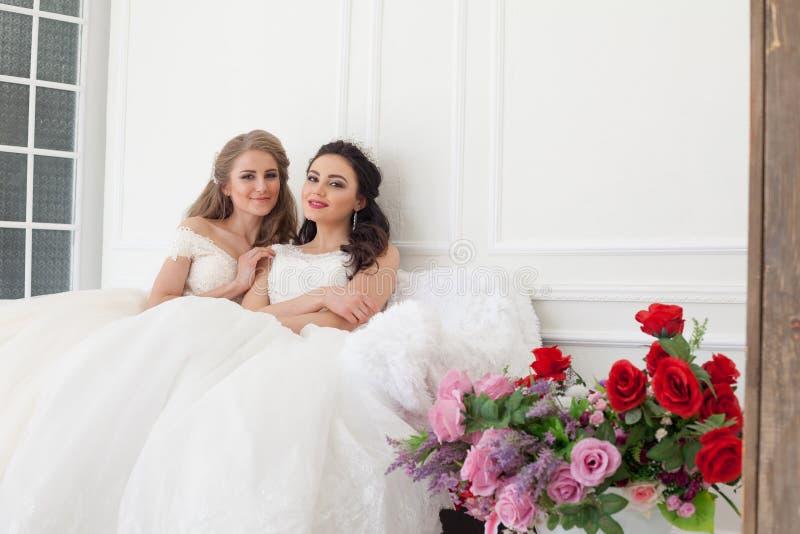 Deux jeunes mariées sur le mariage épousant l'amie blonde de brune image stock