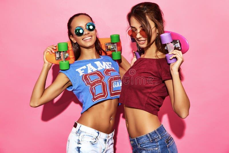 Deux jeunes modèles élégants de femme dans des vêtements de hippie d'été images libres de droits