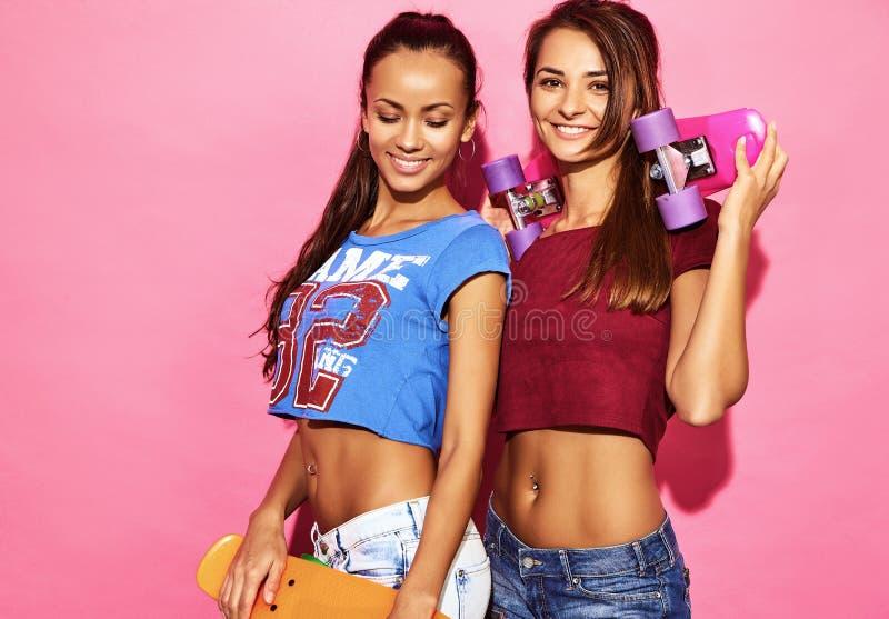 Deux jeunes modèles élégants de femme dans des vêtements de hippie d'été photo stock