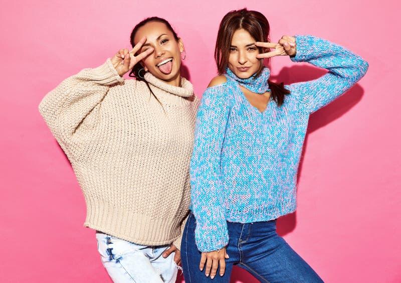 Deux jeunes modèles élégants de femme dans des vêtements de hippie d'été photographie stock libre de droits