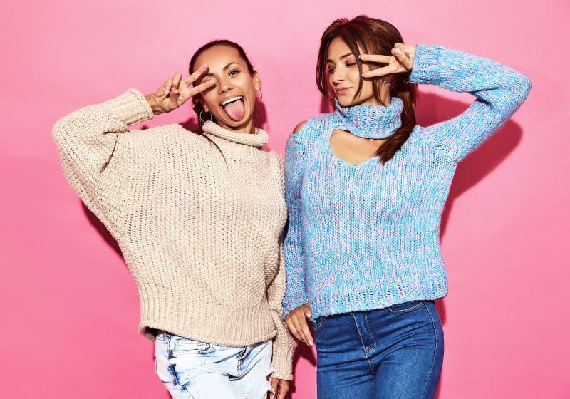 Deux jeunes modèles élégants de femme dans des vêtements de hippie d'été photos stock