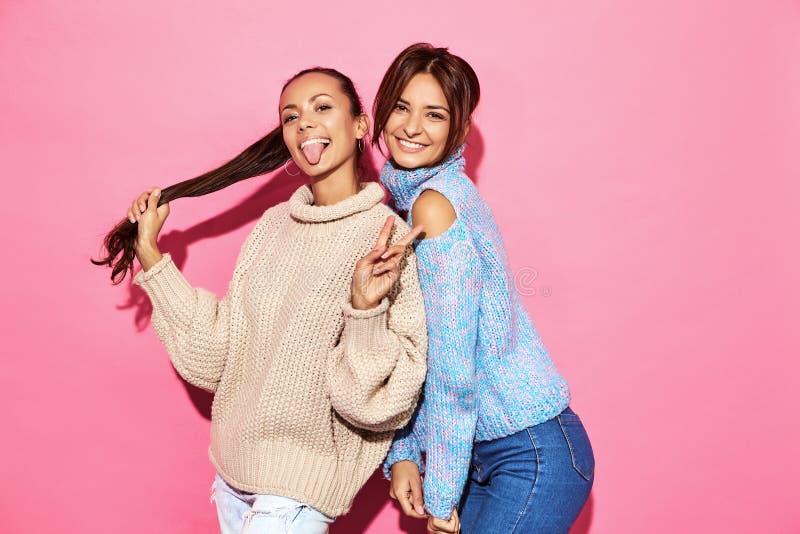 Deux jeunes modèles élégants de femme dans des vêtements de hippie d'été photos libres de droits