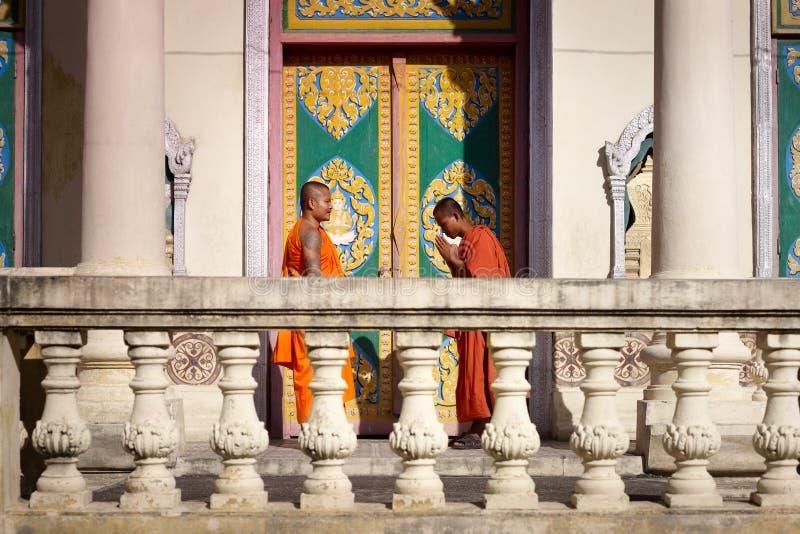 Deux jeunes moines se réunissent et saluent dans la pagoda bouddhiste photographie stock