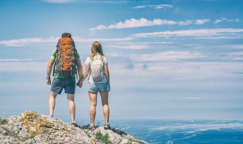 Deux jeunes randonneurs image stock