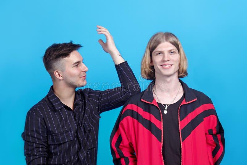 Deux jeunes types beaux, entretien entre eux, souriant Relations gaies ou amitié étroite images stock