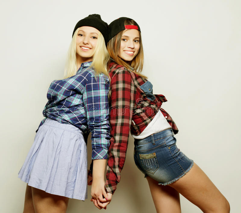 Deux jolies amies de l'adolescence image stock