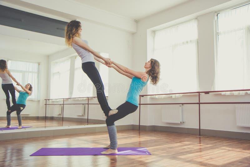 Deux jolies femmes convenables font l'exercice d'équilibre image libre de droits