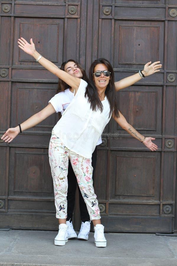 Deux jolies filles ayant l'amusement photographie stock libre de droits