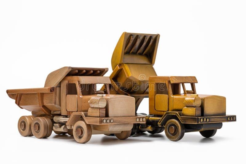 Deux jouets de camion-déchargeur sont fabriqués à la main en bois photos stock