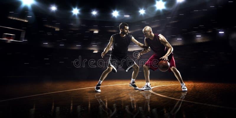 Deux joueurs de basket dans l'action photographie stock