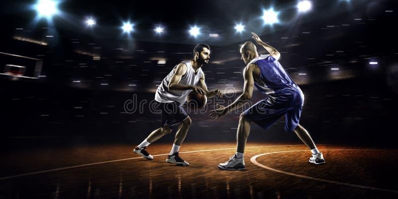Deux joueurs de basket dans l'action images stock