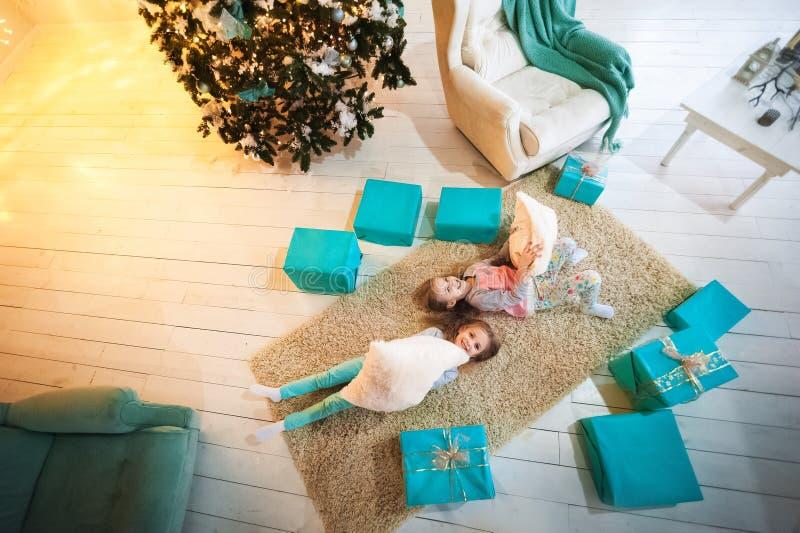 Deux jumelles de soeurs pour la nouvelle année et le Noël photographie stock
