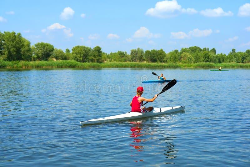 Deux kayakers, garçon et fille, rassemblement sur la rivière photo libre de droits