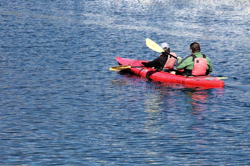 Deux kayakistes sur le lac Jackson dans le parc national de Grand Teton images libres de droits