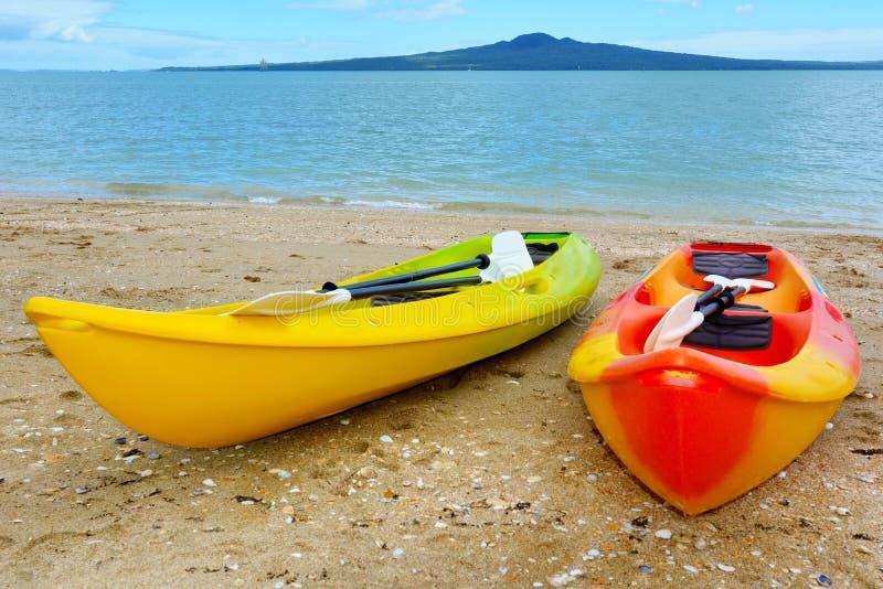 Deux kayaks contre l'île de Rangitoto - Nouvelle-Zélande photographie stock libre de droits