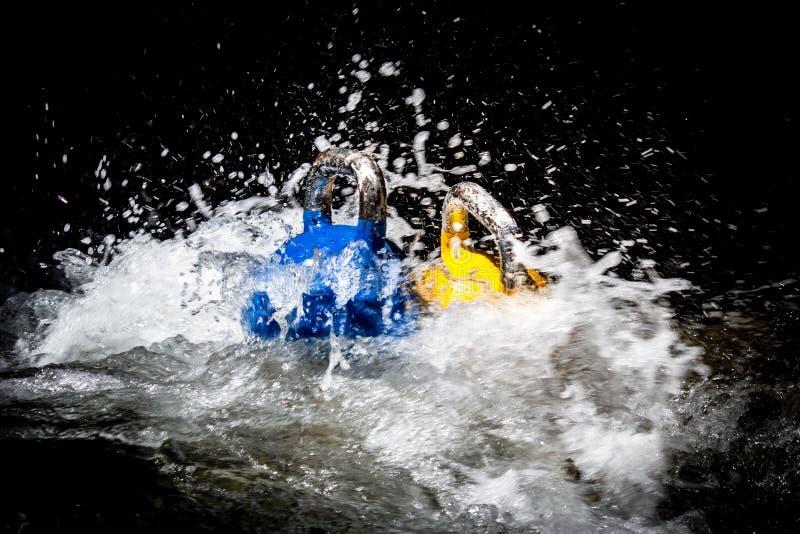 Deux Kettlebells dans l'eau photo libre de droits