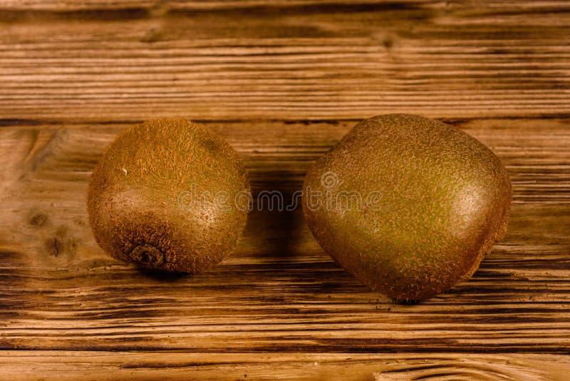 Deux kiwis sur une table en bois image stock