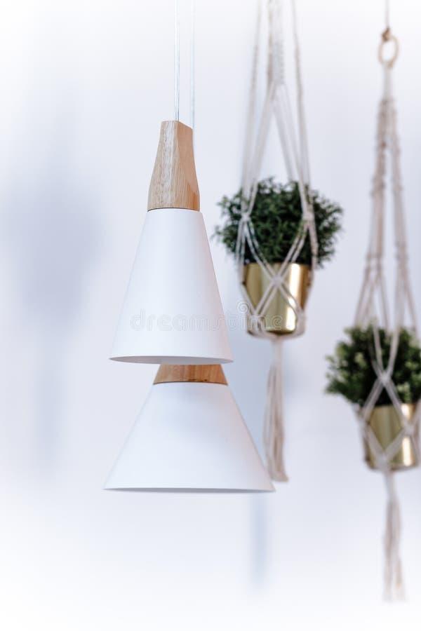 Deux lampes accrochantes, ampoule électrique Lampe moderne blanche de plafond sur le fond de mur décor intérieur de mur de brique photo libre de droits